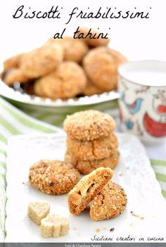 Poche righe per convincervi a correre al supermercato a comprare il tahini e preparare questi biscotti. Il tahini è la crema di sesamo, di origini marocchine, che si usa per fare l'hummus: or…