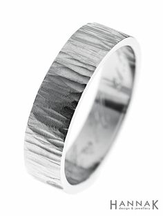 Loimu-vihkisormus   Pystylinjaisen takopinnan kiiltoa on pehmennetty kevyellä mattauksella. Hienostunut korkokuvioinen tekstuuri muistuttaa vuoltua puun pintaa tai veden väreilyä.   Materiaalit: 950 palladium   http://www.hannakorhonen.fi/loimu-vihkisormus/   Palladium 950   #HannaK #rings #wedding #jewelry