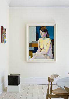 Vilhelm Lundstrøms kvindemotiv, malet i 1937, og et lille værk af Chris Johanson fra Galleri Nicolai Wallner. På gulvet en skulptur af Peter Bonnen.