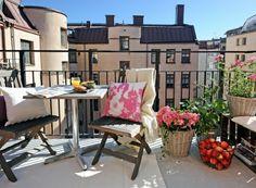 Holzmöbel Äpfel Frühling Blumen Balkon gestalten skandinavischer Stil