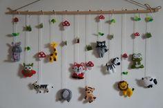 mobile / tableau animaux de forêt éléphant, raton laveur, lapin, girafe, hiboux, agneau,grenouille, loup, vache, cheval, tigre et lions en feutrine fait à main pour bébé. C'e - 16229465