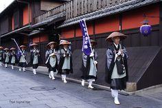 托鉢。托鉢  京都・花街・祇園を托鉢するお坊さんの行列に遭遇~。