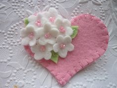 Keçeden Süsler Modelleri 89 Felt Flower Brooch Pink Heart with Beaded Flowers Valentines DayEASY flower to make, pink w/ pearl center Fabric Crafts, Sewing Crafts, Sewing Projects, Diy Crafts, Felt Flowers, Beaded Flowers, Fabric Flowers, Tiny Flowers, Flower Petals