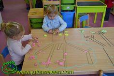 Thema fruit - appeltjes Appelbomen met washitape op tafel: met plasticine rollen de peuters appeltjes Www.jufanneleen.com Preschool theme fruit - apples