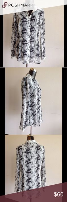 Women's S Black and White Printed Cabi Button Up SO trendy and PERFECT for every occasion!! This Cabi button up is perfect to dress up with slacks or down with black jeans!! Making this a best of both worlds top!! Don't miss out!!  ***LIKE NEW*** ALL BUTTONS STILL ATTACHED!! 🎉  (WT14) CAbi Tops Blouses