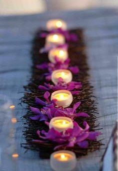 velas com flores e gravetos sobre a mesa - lindo e delicado com toque rústico