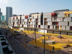 Construído pelo ONL Arquitectura na L'Hospitalet de Llobregat, Spain na data 2009. Imagens do Gianluca Giaccone. O projeto responde às diretrizes básicas previstas na Modificação Pontual do PGM repondo as habitações desapropriada...