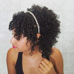penteado para cabelos cacheados e curtos com arco atrás da orelha