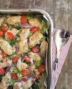 Hei! Dere er som regel på utkikk etter sunne, gode, raske og enkle middager, og her har dere en smakfull form med kylling, grønnsaker og baconost (som gir en litt krema, smakfull saus) servert med søtpotetmos. Knallgodt og en heilt super kvardagsmiddag som lages kjapt: Du trenger, 3-4 porsjoner 600-800 g kyllingfilêt 3-4 store søtpoteter … Diet Recipes, Cooking Recipes, Healthy Recipes, Second Breakfast, Dere, Food For A Crowd, I Love Food, No Cook Meals, Food Porn