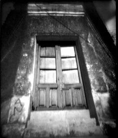#puertasyventanas Tomada con cámara estenopeica de cartón. Tiro 85mm. Estenopo 0.3 mm. Negativo de papel.