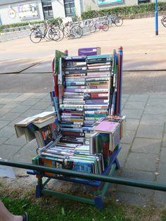 De bibliotheekstoel / boekenstoel in Bibliotheek De Groene Venen in Moordrecht.  En hij zit nog lekker ook!