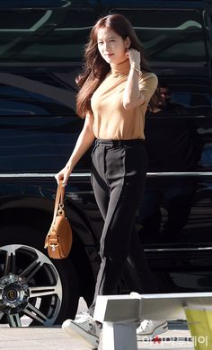 Ji Soo is a hottie! Blackpink Fashion, Autumn Fashion, Fashion Outfits, South Korean Girls, Korean Girl Groups, Kpop Outfits, Casual Outfits, Jennie, Beige Aesthetic