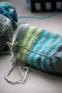 Knitting Patterns Socks 7 tips to knit striped socks Knitting Blogs, Easy Knitting, Knitting For Beginners, Knitting Socks, Knitting Patterns, Sewing Patterns, Knit Socks, Crochet Stitches, Crochet Hooks