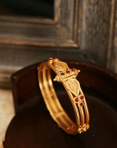 #Bangle #Kada #Kundan #Silver #Gold #OccasionWear #Jewellery #Accessories #AccessoryLove #Exclusive #BrightenYourLook #LoveForJewllery #InstaGood #PickOfTheDay #Fashiongram #Fabindia Plain Gold Bangles, Gold Bangles Design, Gold Earrings Designs, Gold Jewellery Design, Antique Gold, Antique Jewelry, Silver Jewelry, Hand Jewelry, India Jewelry
