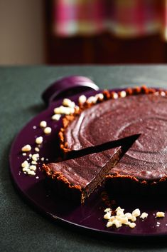 Sweet, spicy and plenty to go around! Stunning on your holiday dessert table. // Spicy Chocolate and Gingersnap Tart