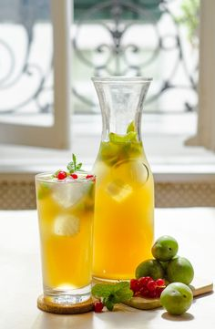 Iced Green Plum Tea infused with Reines-Claudes plums is perfectly refreshing on a warm afternoon. Plum Recipes, Summer Recipes, Tea Cocktails, Cocktail Recipes, Non Alcoholic Drinks, Cold Drinks, Beverages, Tea Infuser, Iced Tea