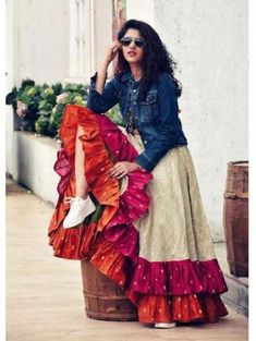 Ready to rock the wedding season with the mesmerizing and stylish blouse designs? Not only the bride every girl wants to look at their ethnic best at weddings. Garba Dress, Navratri Dress, Choli Dress, Boho Dress, Indian Designer Outfits, Indian Outfits, Designer Dresses, Indian Fashion Trends, Indian Gowns Dresses