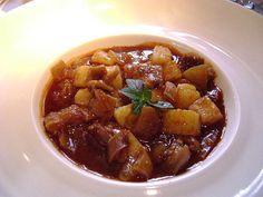 Patita con maní  Ingredientes:  500 gramos de pata de vaca sin hueso 2 cebolla 2 papas blancas 1 cucharada de maní tostado molido 1 c