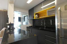 Cozinha pequena colorida!  Pastilhas Vidrotil pretas, bancada preta granito são gabriel, nicho em laca amarela Projeto Arquiteta Cristina Gavranic
