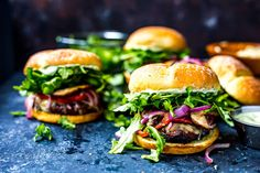 Mediterranean Portobello Beef Burgers are a healthy BBQ recipe - topped with garlic herb cheese, roasted peppers, arugula & basil mayo, you'll love these! How To Cook Burgers, Beef Burgers, Burger Buns, Healthy Bbq Recipes, Burger Recipes, Beef Recipes, Penne Recipes, Cheese Recipes, Champignon Portobello