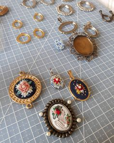 """63 curtidas, 1 comentários - Um Pontinho (@umpontinhobordados) no Instagram: """"Por aqui: produção intensa. E por aí? ❤❤❤ #umpontinho #bordado #embroidery #handmade #feitoamao…"""""""