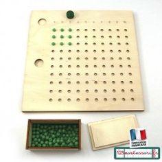 Apprendre les table de multiplications avec la table de multiplication perforée Montessori