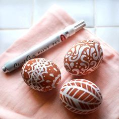 White pen on brown eggs. Diy And Crafts, Crafts For Kids, Arts And Crafts, Brown Eggs, Easter Egg Dye, Diy Tops, White Pen, Easter Holidays, Easter Dinner