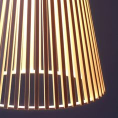 Secto 4200 pendant lamp están hechas en madera de abedul certificada de bosques finlandeses, por expertas manos artesanas.