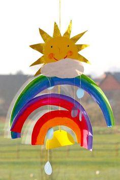 Ihrem Kind dauert es zu lange, auf einen echten Regenbogen zu warten? Schnappen Sie sich gemeinsam Buntpapier und Schere und sorgen selbst für bunte Farben im Kinderzimmer! Hängen Sie den Regenbogen ins Fenster oder an eine Lampe!
