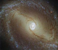 Астрономия для детей: Картинка недели Хаббла: Галактика с сияющим сердце...