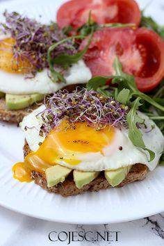 Pożywne śniadanie: grzanki z sadzonym i awokado Nutritious Breakfast, Vegetarian Breakfast, Healthy Snacks, Healthy Eating, Healthy Recipes, Nutrition, Food Categories, Toast, Fruit Recipes