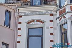 Tolle Fensterkrone an einer Bremer Gründerzeitfassade, aufbereitet vom Profimaler. Garage Doors, Gallery Wall, Arno, Mansions, House Styles, Outdoor Decor, Design, Home Decor, Bremen