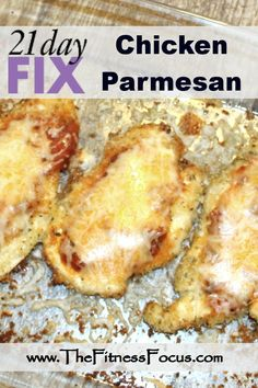 21 Day Fix approved chicken parmesan, using just 5 ingredients. Who said you can't eat healthy and enjoy chicken parmesan? Contrary to popular belief, you don't have to deep fry your chicken parmesan to get a moist and crispy piece Healthy Chicken Parmesan, Healthy Chicken Recipes, Baked Chicken, Healthy Snacks, Healthy Eating, Steak Recipes, Healthy Dinners, 21 Day Fix Diet, 21 Day Fix Meal Plan