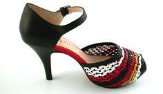 Decollete' in pelle intrecciata di colore nero,rosso,bianco e giallo,Open toe,tacco 8 cm,plateau 3 cm, cinturino alla caviglia, BATALLA BLACK,Rebeca Sanver | Collezione