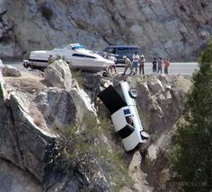 Auto crashes picture and pickup truck accident of it's trailer hanging off a cliff. This driving disaster is one very dangerous road mishap to see. Funny Photos, Cool Photos, Amazing Photos, Unbelievable Pictures, Unbelievable Facts, Interesting Photos, Funny Accidents, Top Boat, Boat Safety