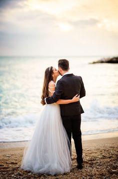 Sedinta foto de nunta pe malul marii in Sirolo, Italia #wedding #photoshoot #post #fotograf #nunta #beachwedding Couple Posing, Couple Photos, Couple Photography, Marie, Groom, Photoshoot, Poses, Couples, Celebrities