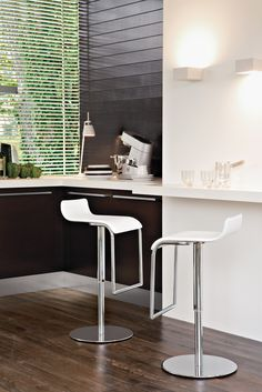 Milano swiveling stool with hydraulic mechanism and chromed metal base. The seat is covered in real thick leather , and teh tall backrest gives a perfect posture-plus, you have a trendy design object.