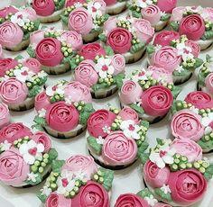 Olha como ficaram maravilhosos esses cupcakes florais! Linda produção de @yattslilkitchen  #festejarcomamor #festasinfantis #festa #festadeaniversario #festademenina #festadecrianca #festainfantil #aniversarioinfantil  #aniversariodemenina #maedemenina #paramamaes #partyideas #kidsparty #fiestasinfantiles #fiestainfantile #cumpleaños #birthday #birthdayparty #fete #anniversaire #chadebebe #babyshower #jardim #festajardim #cupcakes #docespersonalizados #docesdecorados #docesdefesta #docinhos Buttercream Cupcakes, Buttercream Flowers, Fun Cupcakes, Cupcake Cookies, Cupcake Frosting Techniques, Cakepops, Clown Cake, Succulent Cupcakes, Cupcake Day