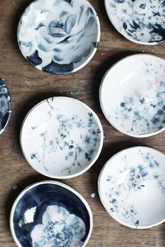 love the style glaze What happens when a ceramicist joins forces with a printed textile designer? They produce cool unique black and white ceramics. Ceramic Clay, Ceramic Painting, Ceramic Plates, Ceramic Pottery, Slab Pottery, Earthenware, Stoneware, Plates And Bowls, Blue Plates