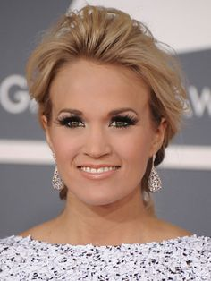 Carrie Underwood Fluttery eyelashes. Check. Bronzed skin. Check. Glossy lips. Check. This country diva knows her timelessness.
