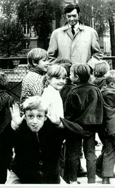 Julio Cortázar rodeado de niños...