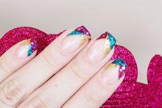 pace Grunge da Hits (verde azulado), Secret Gold da Hits (dourado) e 369 Glitter Forte da Hits (rosa). Os glitter hexagonais correspondentes utilizados para decorar a manicure foram Brilho da Sereia da Impala (verde azulado), Plumas e Paetês da Top Beauty (dourado) e Dodo #55 (rosa) #nails