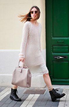 Street style look vestido branco renda, suéter maxi, coturno preto e meia bege.