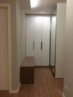 Residencia MA: closet do quarto do casal sendo finalizado. Tons neutros e modernos
