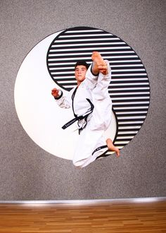 """YOUNG-UNG TAEKWONDO - """"Geist und Körper bewegen"""". Richtige """"Bewegung"""" stärkt unseren Körper, massiert und entgiftet unsere inneren Organe. Durch den Einklang von Körper und Geist ist der Mensch zu höchsten Leistungen fähig! Traditionelles Taekwondo ist nicht nur ein Kampfsport oder eine Selbstverteidigung, es ist vielmehr ein Lebensweg zu oder mit einem gesünderen dynamischeren Körper, einer zufriedeneren Seele und einem unbesiegbaren Geist. Kaiserstrasse 61, 1070 Wien  #im7ten Taekwondo, Kaiser, Kids Rugs, Decor, Self Defense, Combat Sport, Decoration, Kid Friendly Rugs, Decorating"""