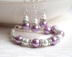 Set de joyería de Dama lavanda púrpura collar pendientes conjunto flores niña cristal perlas Rhinestone boda fiesta cuentas joyería  De dama o niña de las flores joyería conjunto - regalo perfecto.  La lavanda púrpura Dama de honor conjunto está hecho de luz Checa púrpura, lavanda cristal checo perla (10mm), blanco perla abalorios (6mm) y separadores de strass. La cadena es de 45cm o 18 de largo. Pendientes de medidas - 1.3/3.3cm.  Usted puede elegir el color del grano grande.  La joyería…