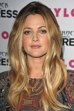 Sexy hair colour ideas for blondes Drew Barrymore: Honey hair colour<br> Blonde is sexy. But there are certain shades of gold or honey that can really add that vampy edge. So if you want to change. Hair Color Highlights, Blonde Color, Hair Colour, Balayage Highlights, Drew Barrymore Haare, Golden Brown Hair Color, Golden Blonde, Dark Eyebrows, Honey Blonde Hair