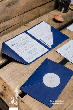 Faire-part de mariage bleu marine. Pochette. Chic. Wedding invitation mint. Réalisé par / Made by Les crâneuses - Wedding design.
