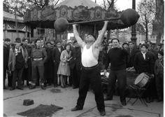 Les banquistes Paris 1944  ¤ Robert Doisneau   6 septembre 2015   Atelier Robert Doisneau   Site officiel