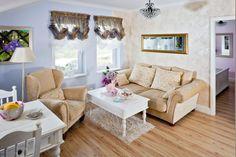 Salon z romantyczną duszą. Pastelowe kolory i oryginalne zdobienie okien.